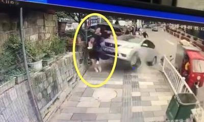 Nữ tài xế mất lái lao xe lên vỉa hè gây ra thảm cảnh cho những người đi bộ