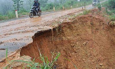 Tin tức tai nạn giao thông mới nhất hôm nay 5/9/2019: Mưa lớn gây sạt lở trên tỉnh lộ 674 ở Kon Tum