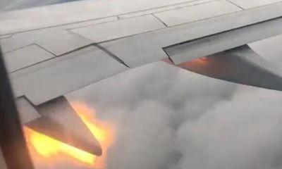 Động cơ cánh máy bay bốc cháy khi đang trên bầu trời, hành khách hốt hoảng nhắn lời từ biệt