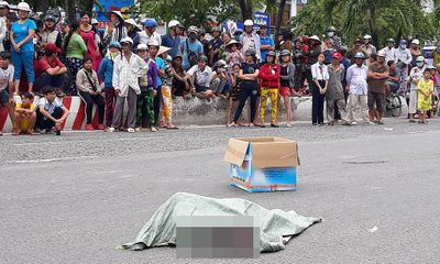 Điều tra vụ bao tải nghi chứa thi thể trẻ sơ sinh rơi từ yên xe máy xuống đường