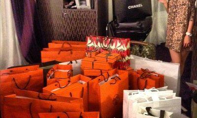 Hội con nhà giàu vung tiền mua hàng hiệu: Sắm hàng trăm chiếc túi xách