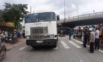 TP HCM: Chồng khóc nghẹn cạnh thi thể vợ bị xe container cán tử vong