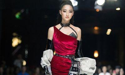 Sau đăng quang, hoa hậu Lương Thùy Linh nâng hạng kỹ năng catwalk với thần thái đỉnh cao