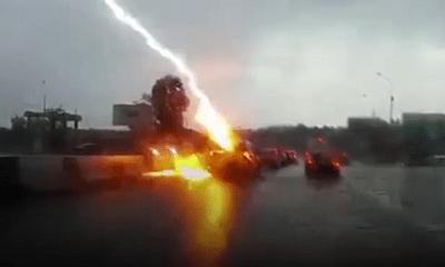 Ô tô bị sét đánh hai lần liên tiếp khi đang di chuyển trên đường cao tốc
