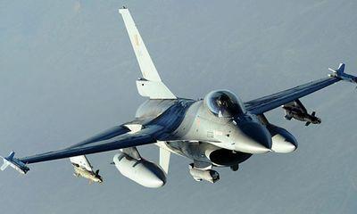 Tiêm kích F-16 của Bỉ rơi ở Pháp, phi công mắc trên dây điện cao thế