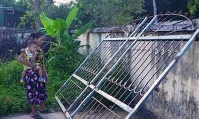 Xót xa bé 3 tuổi tử vong vì bị cửa sắt 200kg đè