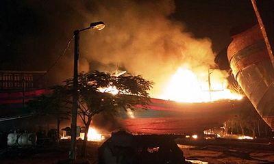 Thanh Hóa: Tàu cá đang neo đậu bỗng nhiên bốc cháy, 8 ngư dân thương vong