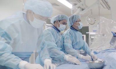 Hai bé gái sinh đôi mắc bệnh tim bẩm sinh được phẫu thuật miễn phí
