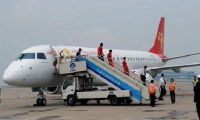 Nữ hành khách thản nhiên mở cửa thoát hiểm máy bay vì