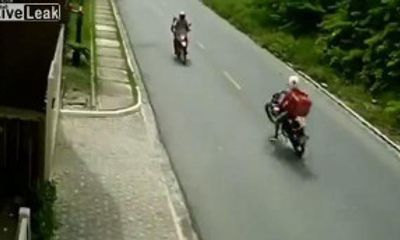 Video: Shipper bốc đầu xe máy, tông trực diện vào người đi đường