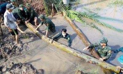 Sóc Trăng: Bộ đội biên phòng giúp dân khắc phục khó khăn do triều cường dâng cao