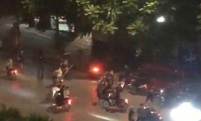 Hàng chục thanh niên cầm hung khí hỗn chiến kinh hoàng giữa phố Hà Nội