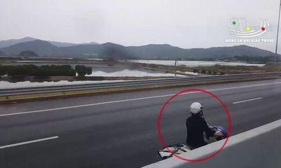 Hốt hoảng người phụ nữ đi xe máy ngược chiều vào làn 100km/h trên cao tốc Hạ Long – Hà Nội