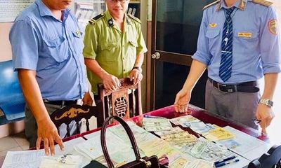 Túi xách đầy ngoại tệ bị bỏ quên được nhân viên đường sắt phát hiện và trao trả
