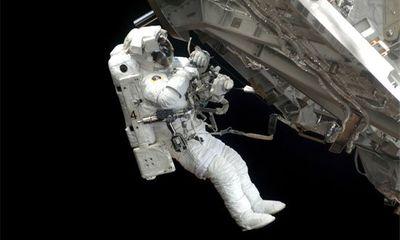 Phi hành gia thay pin trên trạm ISS ngoài không gian như thế nào?