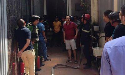 Hà Nội: Khống chế người đàn ông xăm trổ đổ xăng đầy nhà đòi tự thiêu