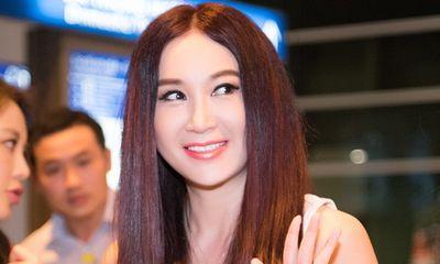 Ôn Bích Hà khoe nhan sắc không tuổi, được dàn trai đẹp vây quanh khi đến Việt Nam