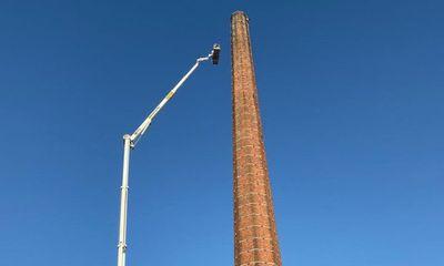 Người đàn ông tử vong vì mắc kẹt trên một trong những ống khói cao nhất thế giới