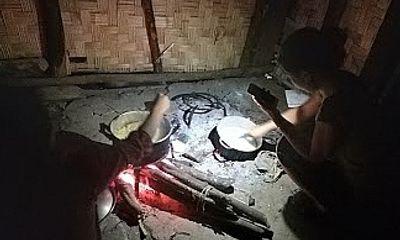 Người Chăm Puông thắp đèn dầu ngóng ánh sáng ngay dưới chân cột điện