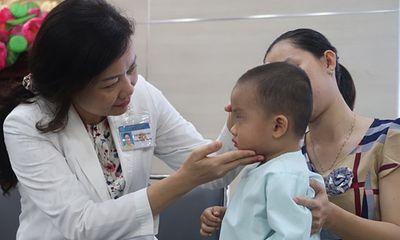Biến chứng viêm xoang khiến bé trai 2 tuổi suýt mù mắt