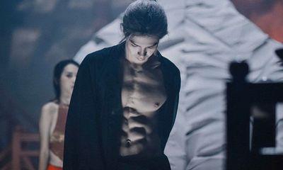 Màn cởi áo khoe body 6 múi của Denis Đặng khiến fan nữ chỉ muốn