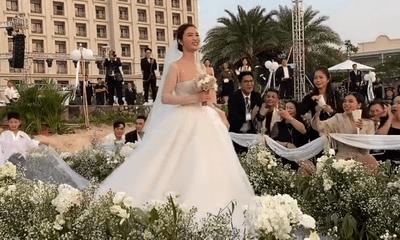 Video: Đông Nhi xinh đẹp tựa công chúa rạng rỡ bước vào lễ đường