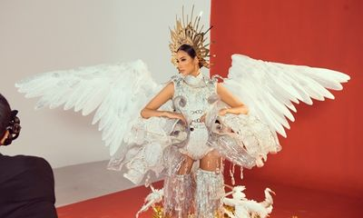 Hoàng Thùy biến hóa đa dạng trong trang phục dân tộc trước thềm tham dự Miss Universe 2019