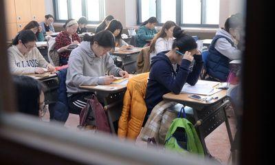 Ám ảnh áp lực thi cử tại Hàn Quốc: Bàn tay vô hình bóp nghẹt hạnh phúc và tuổi trẻ