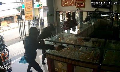 TP.HCM: Bắt 2 nghi phạm cướp tiệm vàng sau một tuần gây án