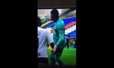 Video: Cản phá thành công penalty, thủ môn bị cầu thủ đội bạn đấm thẳng mặt