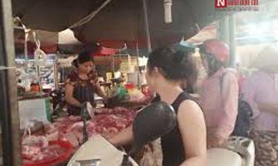 """Giá thịt lợn """"leo thang"""", các bà nội trợ méo mặt"""