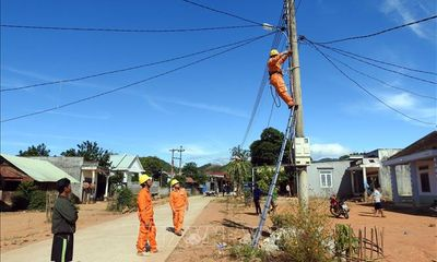 Kon Tum giúp dân thắp sáng đường làng