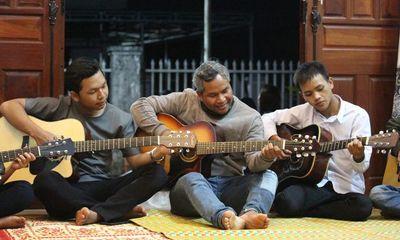 Chuyện người đàn ông bị bệnh hiểm nghèo nhận 4 đứa con nuôi và mở lớp dạy nhạc miễn phí