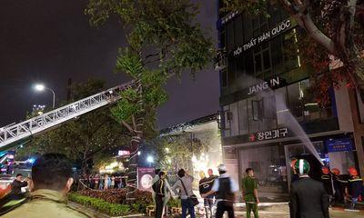 Giải cứu 6 người mắc kẹt trong ngôi nhà bốc cháy ngùn ngụt ở Đà Nẵng
