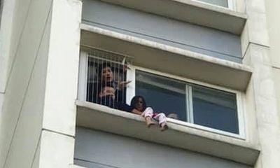 Giải cứu bé gái 6 tuổi trèo ra ban công tầng 6 chung cư, gào khóc gọi