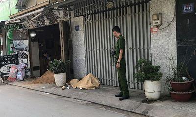 Mở cửa đi làm, bàng hoàng phát hiện người đàn ông gục chết bất thường