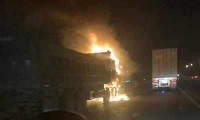 Ô tô bốc cháy dữ dội trên cao tốc sau va chạm, 1 người tử vong