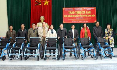 Trao tặng xe lăn cho người khuyết tật tỉnh Thái Nguyên