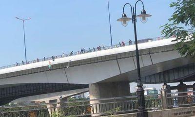 TP.HCM: Nam thanh niên nhảy cầu tự tử rồi tự bơi trên sông kêu cứu