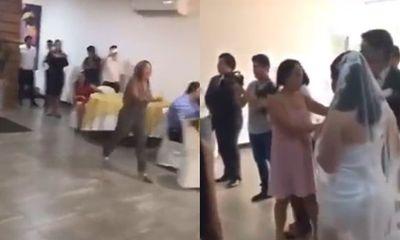Video: Tình cũ bất ngờ xông vào hôn trường gào thét ầm ĩ, ngăn cản chú rể cưới cô dâu