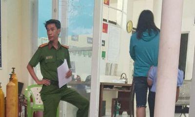 Bé gái 6 tuổi bị cha dượng bóp cổ, dọa ném xuống sông Sài Gòn