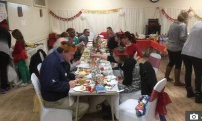 Mời hàng nghìn người lạ tới dự tiệc Giáng sinh để đánh bại sự cô đơn