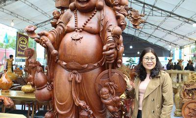 Mục sở thị bức tượng Phật Di Lặc Cửu tặc nặng 2 tấn làm bằng gỗ hương, giá 1 tỷ đồng