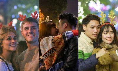 Trai xinh gái đẹp trao nhau nụ hôn ngọt ngào khi ra đường đi chơi lễ Giáng sinh