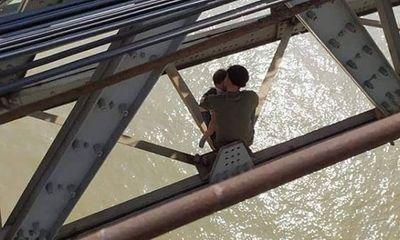 Bế tắc trong cuộc sống, người đàn ông ôm con định nhảy cầu Long Biên