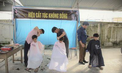 Hà Tĩnh: Học sinh nghèo thích thú với tiệm cắt tóc 0 đồng của thầy giáo