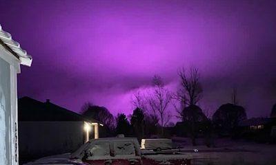 Hiện tượng kỳ lạ: Bầu trời Mỹ bất ngờ bao phủ một màu tím đậm