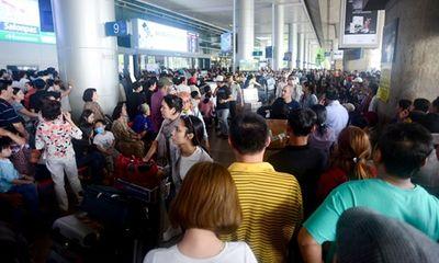 Nghìn người chen chân tại sân bay Tân Sơn Nhất vì