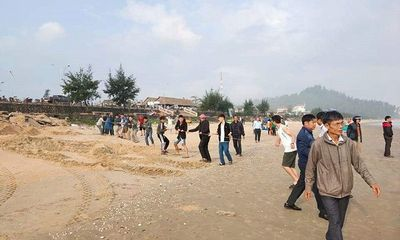 Rủ nhau tắm biển ngày cận Tết, 2 học sinh bị sóng cuốn mất tích