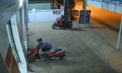 Cặp đôi chở theo con nhỏ thực hiện màn bẻ khóa xe máy ven đường nhanh như chớp